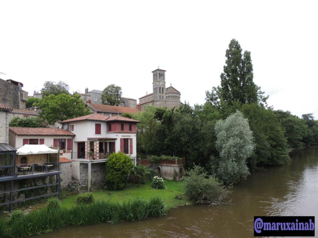 Río Sèvre,al fondo la iglesia de Notre Dame.